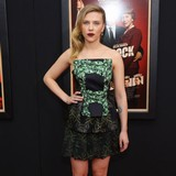Scarlett-Johansson-dines-with-mystery-man