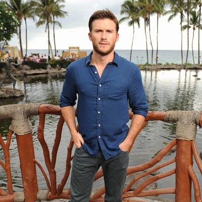 Scott-Eastwood:-Surfing-is-pap-free-zone